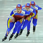 Subject: Claudiu Grozea, Cristian Mustăţea, Marian Cristian Ion; Tags: Team, Team Pursuit, Mannschaftslauf, Verfolgungsrennen, Jagdrennen, Mannschaftsverfolgung, Teamverfolgung, Sport, ROU, Romania, Rumänien, Marian Cristian Ion, Herren, Men, Gentlemen, Mann, Männer, Gents, Sirs, Mister, Eisschnelllauf, Speed skating, Schaatsen, Detail, Cristian Mustatea, Claudiu Grozea, Athlet, Athlete, Sportler, Wettkämpfer, Sportsman; PhotoID: 2008-11-16-0997