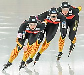 Subject: Claudia Pechstein, Jennifer Bay, Monique Angermüller; Tags: Athlet, Athlete, Sportler, Wettkämpfer, Sportsman, Claudia Pechstein, Damen, Ladies, Frau, Mesdames, Female, Women, Detail, Eisschnelllauf, Speed skating, Schaatsen, GER, Germany, Deutschland, Jennifer Bay, Monique Angermüller, Sport, Team, Team Pursuit, Mannschaftslauf, Verfolgungsrennen, Jagdrennen, Mannschaftsverfolgung, Teamverfolgung; PhotoID: 2013-12-08-0675