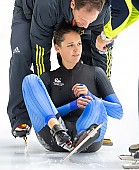 Subject: Danny Leger, Nicole Kowalewskij; Tags: Trainer, Coach, Betreuer, Sturz, Fall, Hinfallen, Stürzen, Downfall, Sport, Nicole Kowalewskij, GER, Germany, Deutschland, Eisschnelllauf, Speed skating, Schaatsen, Detail, Danny Leger, Damen, Ladies, Frau, Mesdames, Female, Women, Athlet, Athlete, Sportler, Wettkämpfer, Sportsman; PhotoID: 2018-11-02-0097
