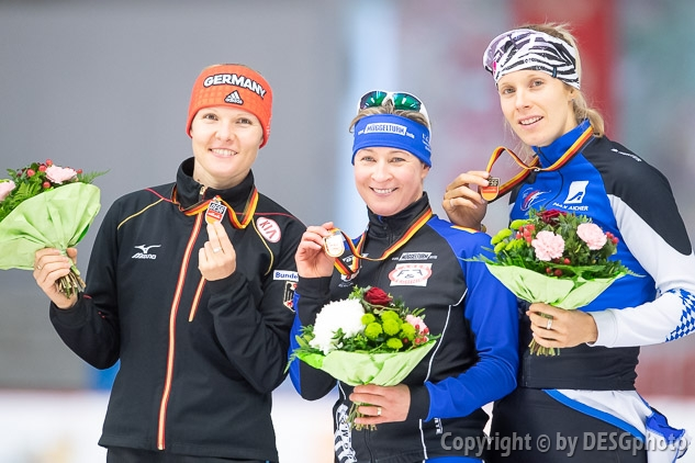 Claudia Pechstein, Roxanne Dufter, Stephanie Beckert; Tags: Stephanie Beckert, Sport, Siegerehrung, Victory ceremony, Preisverleihung, Ehrung, Award ceremony, Award, Prize Giving, Roxanne Dufter, GER, Germany, Deutschland, Eisschnelllauf, Speed skating, Schaatsen, Detail, Daria Kamelkova, Damen, Ladies, Frau, Mesdames, Female, Women, Claudia Pechstein, Athlet, Athlete, Sportler, Wettkämpfer, Sportsman; PhotoID: 2018-11-03-0131