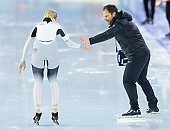Subject: Roxanne Dufter, Danny Leger; Tags: Trainer, Coach, Betreuer, Sport, Roxanne Dufter, GER, Germany, Deutschland, Daria Kamelkova, Danny Leger, Damen, Ladies, Frau, Mesdames, Female, Women, Athlet, Athlete, Sportler, Wettkämpfer, Sportsman, Eisschnelllauf, Speed skating, Schaatsen; PhotoID: 2018-12-16-0370